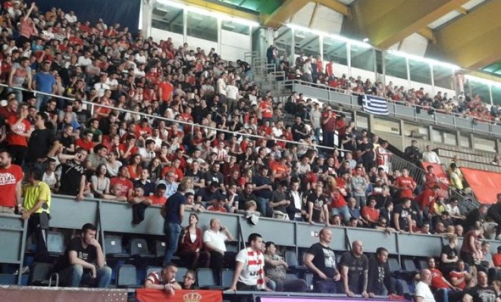 """""""Vriti, vriti shqiptarët"""" – thirrjet raciste ndaj shqiptarëve në ndeshjen e basketbollit"""