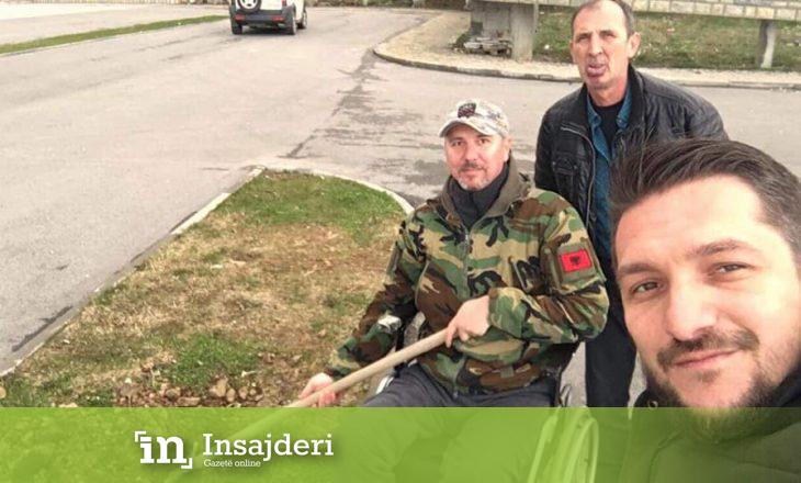Luftëtari i betejës së Koshares i plagosur e në karrocë invalidësh, mbjell një pemë