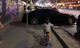 Vetura e parkuar në trotuar tek Rruga B, bllokon qarkullimin e biçiklistëve