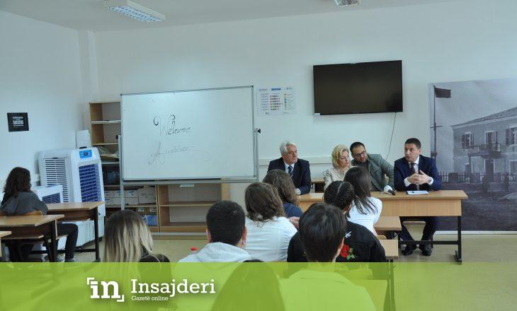 """Bytyqi viziton gjimnazin """"Xhevdet Doda"""" në Prishtinë, i këshillon nxënësit të orientohen në karrierë"""