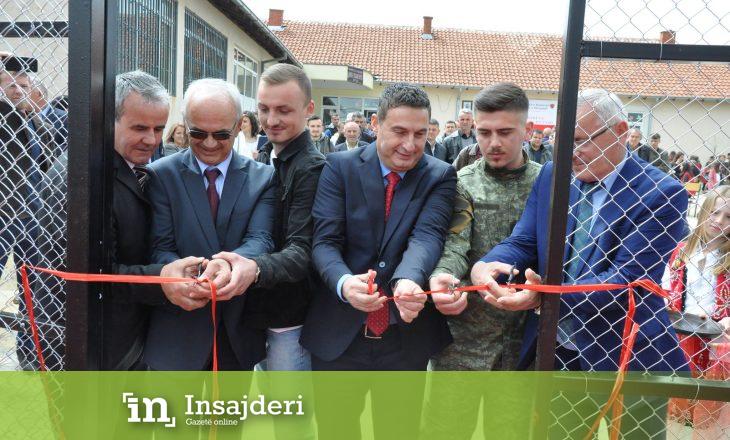 Në Ditën e Shkollës në Arllat, ministri Bytyqi përuroi fushën e sporteve