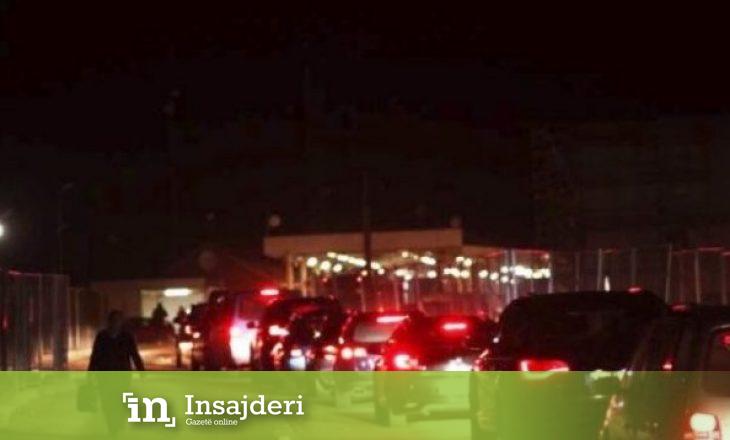 Bashkatdhetarët po presin gjatë në kufirin Serbi-Hungari