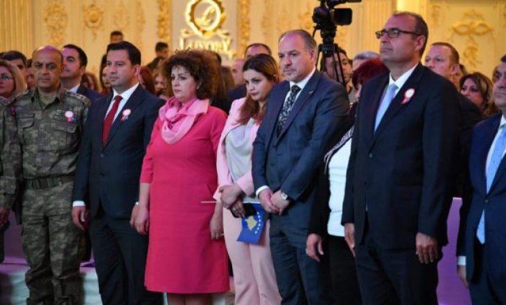 Ministrja serbe patriote, nuk e lëshon flamurin e Kosovës nga dora