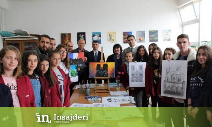 Nxënësit nga Vushtrria zgjedhin një mënyrë interesante për t'u solidarizuar me qytetarët e Parisit