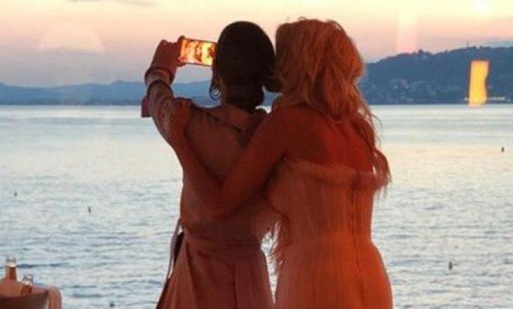 Modelja shqiptare 'fyen' me gisht në mes të tapetit të kuq në Kanë