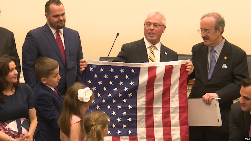 Kongresi nderon familjen e Harry Bajraktarit