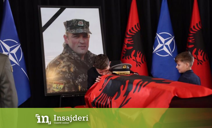 Momenti kur dy djemtë e ushtarit shqiptar i japin babit lamtumirën e fundit