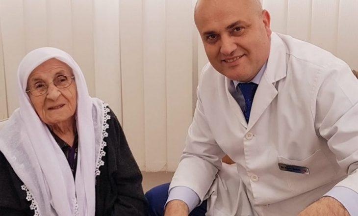 """Pacientja 106 vjeçe nga Opoja """"befason"""" doktorin Haxhi Avdyli me ankesën e saj"""