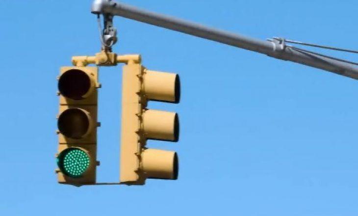 Makina që lidhet me semaforët për të arritur gjithnjë dritën e gjelbër