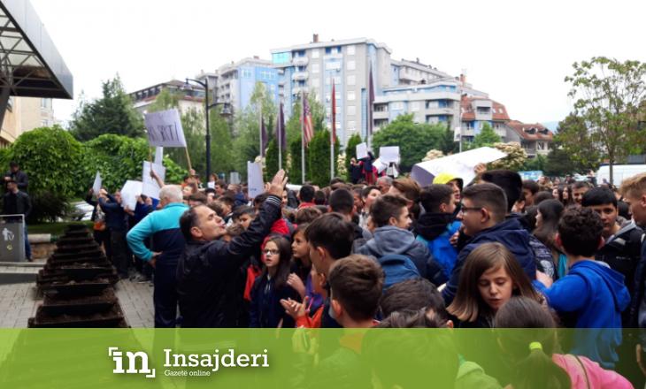Protestë në Mitrovicë – nxënës e mësimdhënës dalin me pankarta në duar