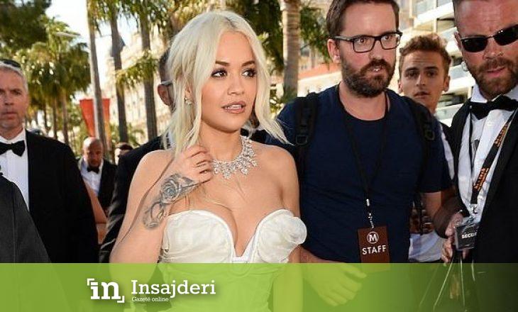 Rita Ora shkëlqen në fustanin e bardhë
