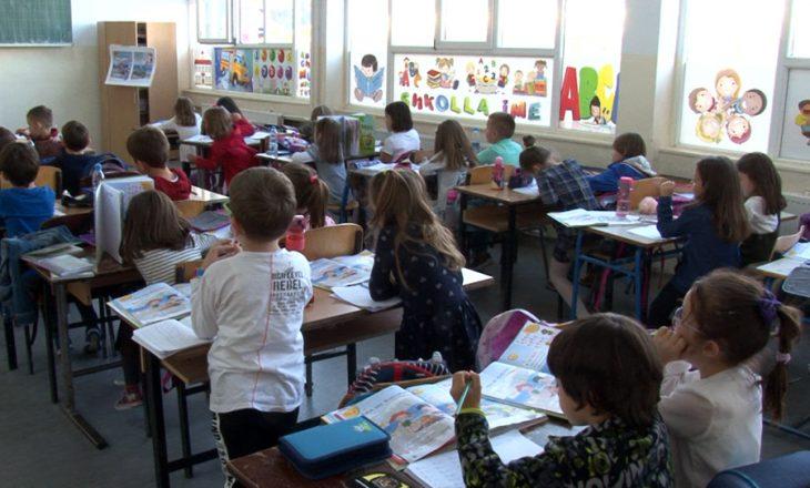 Mbi 4 mijë persona të infektuar në shkolla që nga shtatori