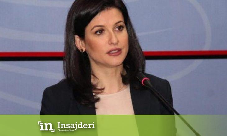 """Politikani shqiptar kapet """"mat"""" duke puthur ministren e drejtësisë"""