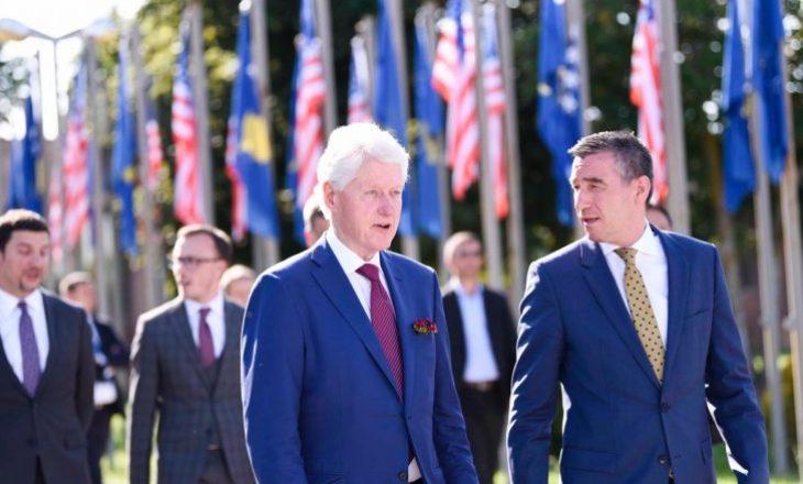 Kadri Veseli përcjell ish-presidentin Clinton në Aeroportin e Prishtinës