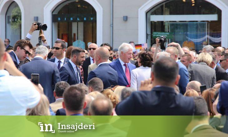 Qindra qytetarë janë mbledhur për të nderuar presidentin historik të SHBA-ve