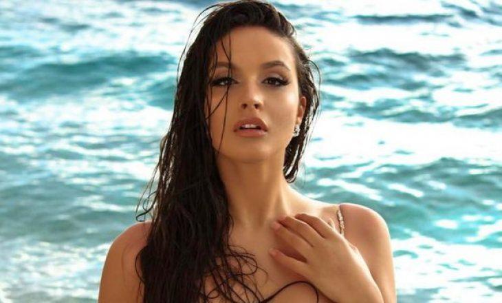 Modelja shqiptare zhvishet në mes të plazhit