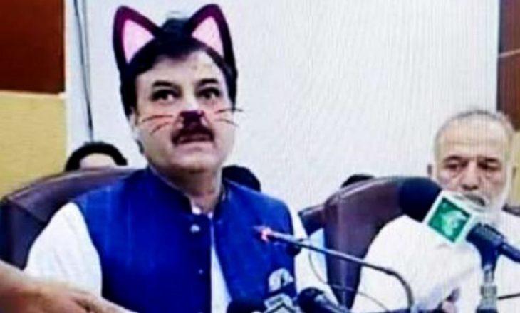 Politikani harron të heqë filtrin e maces gjatë gjatë konferencës live