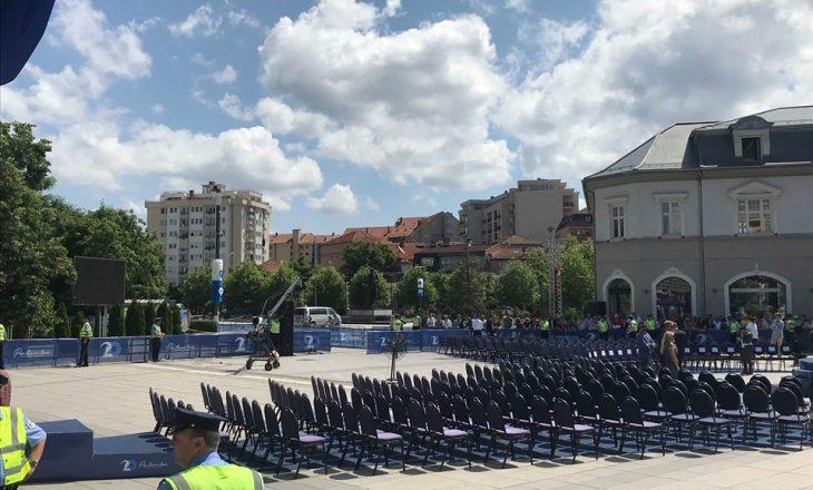 Në orën 11:00 Clinton del në sheshin kryesor të Prishtinës, qytetarët e kanë rastin ta përshëndesin