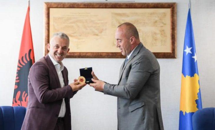 Kryeministri Haradinaj dekoron humanistin Halil Kastratin