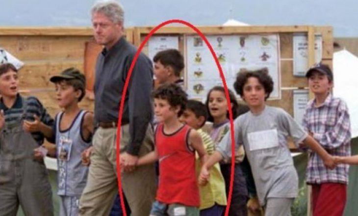 Kështu duket sot djaloshi që Bill Clinton e kishte kapur për dore më 1999