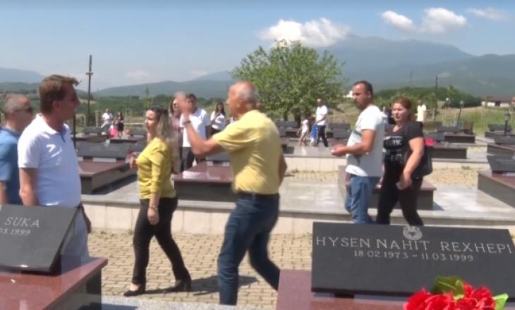 Veterani i UÇK-së që iu vra djali në luftë shpërthen te varrezat –shan dhe akuzon njerëzit e pushtetit