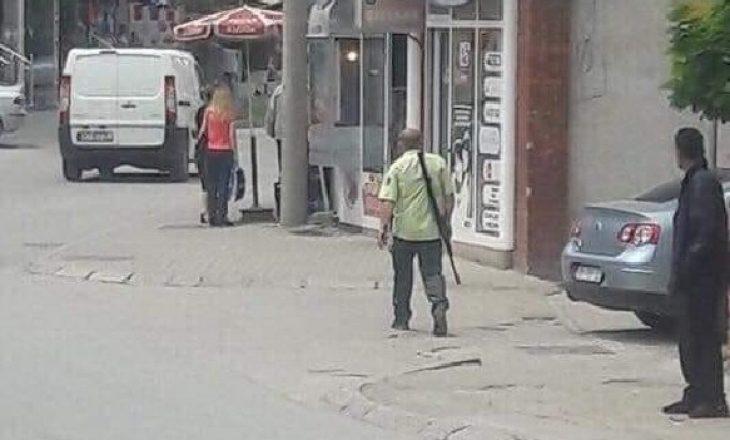Qytetari shëtitet me armë nëpër Gjilan