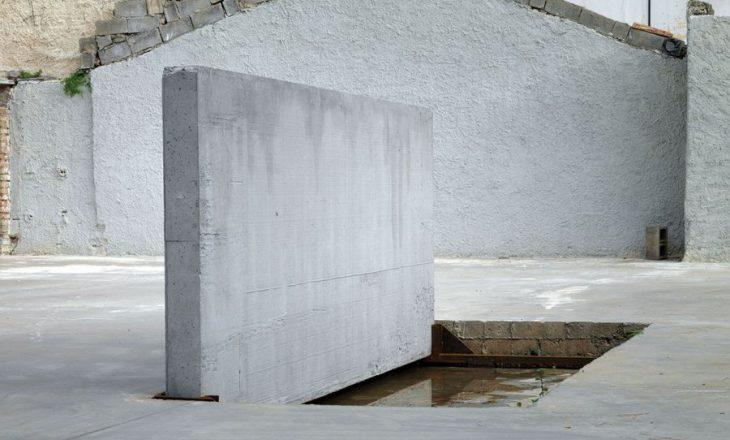 Skulptura që betonon jetën e vdekjen