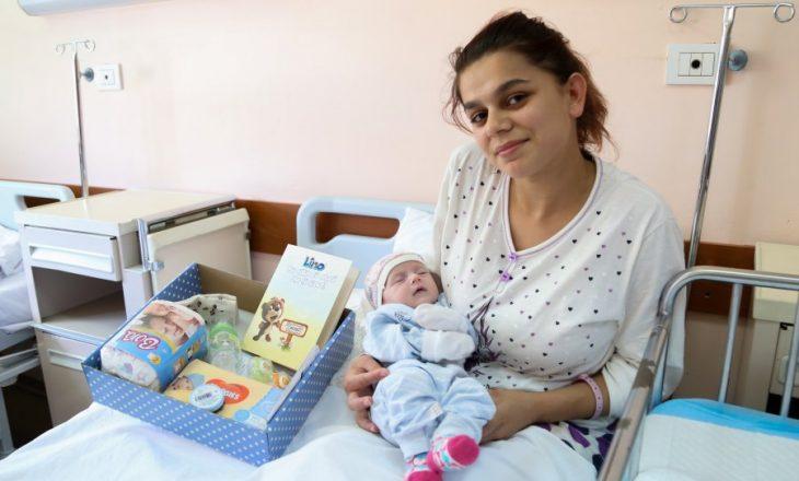 Nënat që lindin në Klinikën e Gjinekologjisë do të marrin pako me produkte të fëmijëve