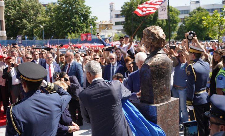 Momenti kur Thaçi e vendos dorën në kokë pasi e zbulon bustin e Madeliene Albright
