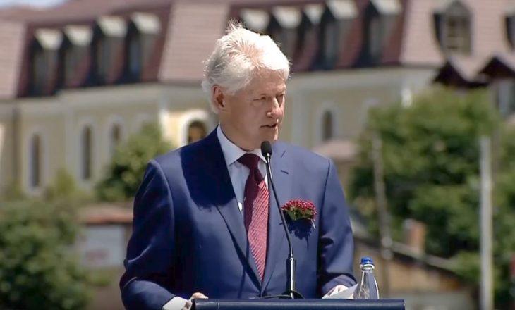 Ky është kamarieri kosovar që Clinton tha se i ra në gjunj për ta falenderuar