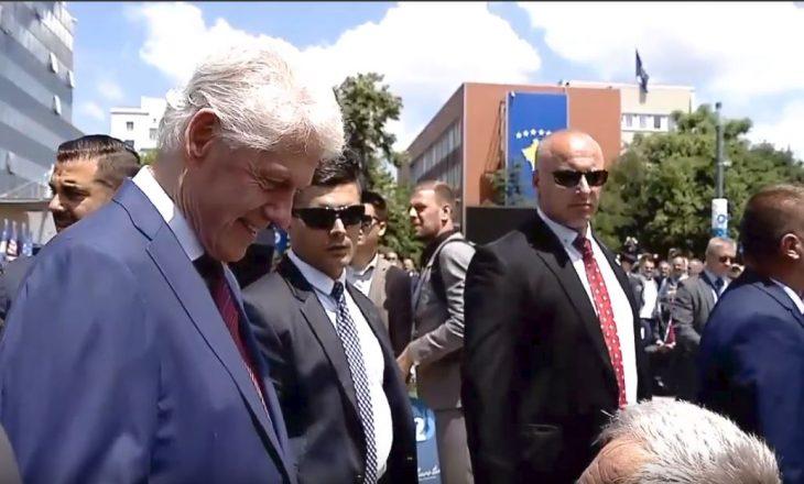 Porosia emocionuese e Clinton për kosovarët