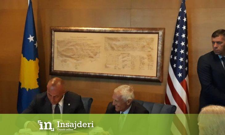 Haradinaj i dhuron Clarkut librin e historisë së Kosovës