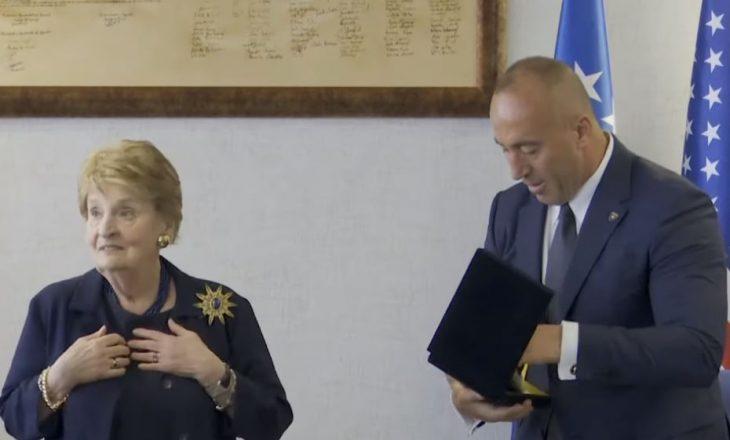 Brenda zyrës së Haradinajt gjatë takimit me Albright – dëgjojeni anglishten e kryeministrit