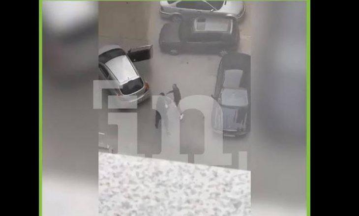 Policia deklarohet për rastin në Fushë Kosovë ku dy burra e fusin me dhunë një grua në veturë