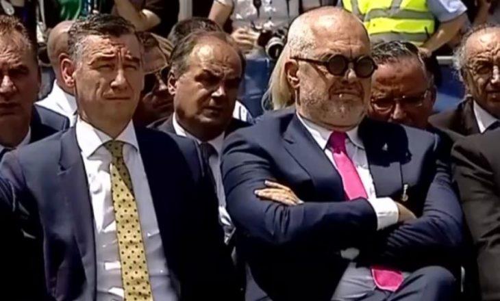 Skandali i Ramës në Prishtinë- me syze dhe këmbën mbi këmbë gjatë fjalimit të Clinton