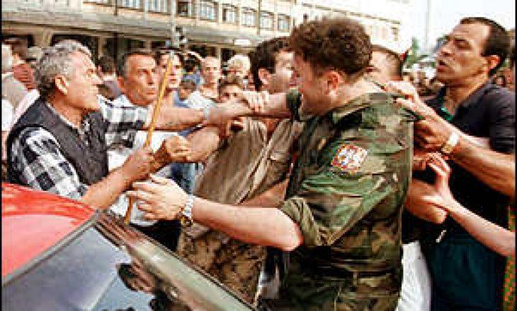 Pamje të rralla: Kur oficeri i NATO-s u jep 30 minuta afat forcave serbe, për t'u larguar nga Prizreni