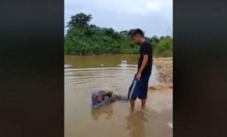 E dhimbshme: i riu e zvarrit dhe më pas e gjuan në ujë nënën e tij