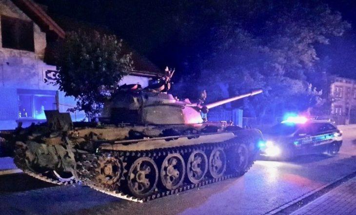 I dehuri del me tank në mes të qytetit, terrorizon banorët e një lagjeje
