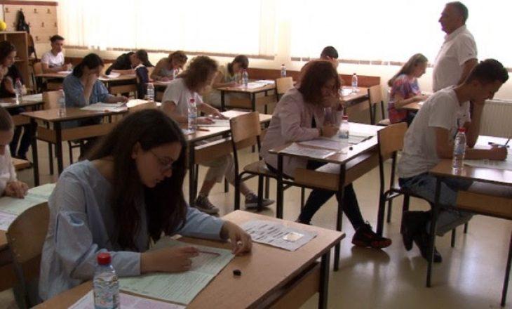 Nxënësit e Gjakovës dhe Prizrenit mbajnë testin e maturës