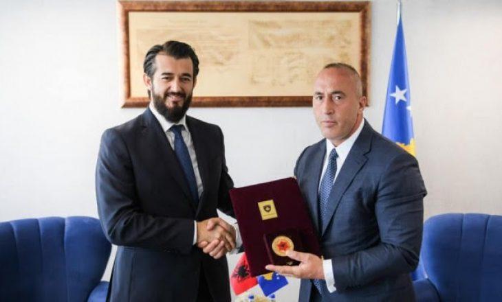 Haradinaj ia ndan Labinot Tahirit medaljen Gjergj Kastrioti-Skënderbeu