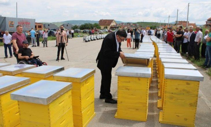 Gjilani shpërndan 250 shtëpiza për bletarët dhe 40 makina mjelëse për blegtorët