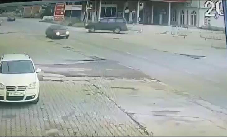 Pjesëtarët amerikanë të KFOR-it hedhin mbeturina nga xhami i makinës [VIDEO]