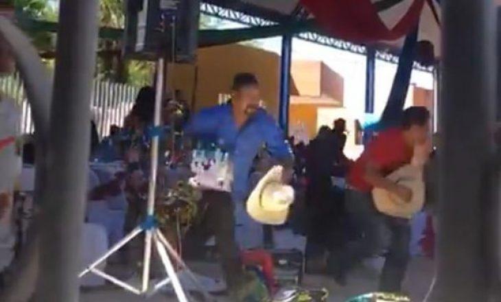 Bandat gjuhen me armë në ceremoninë e vitit në një kopsht të fëmijëve