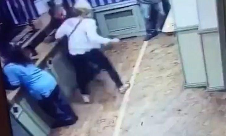 Gjeti burrin duke folur me një grua tjetër, e rrah brutalisht