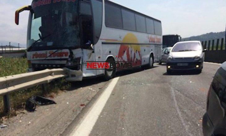 Aksidentohet në autostadën Tiranë-Durrës, autobusi me turistë nga Kosova
