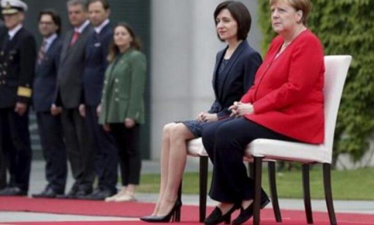 Merkel sërish qëndron ulur për nderimet ushtarake