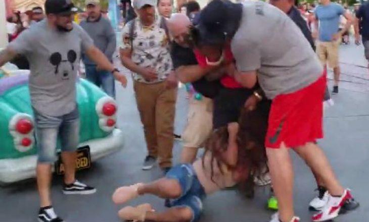 Rrahje brutale, burri tërheq zvarr për toke një grua