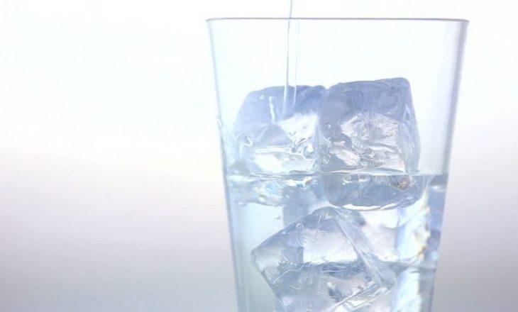Këto janë arsyet se pse nuk duhet të pijimë ujë të ftohtë