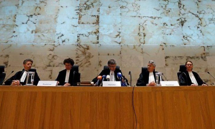 I larguan nga baza ushtarake e tyre – Ushtarët holandezë janë pjesërisht fajtorë për masakrën e Srebrenicës