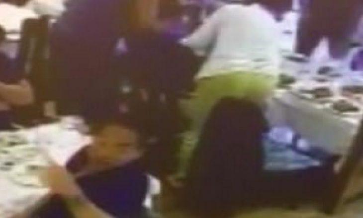 Menaxheri i restorantit e shpëton klientin nga ngufatja [VIDEO]